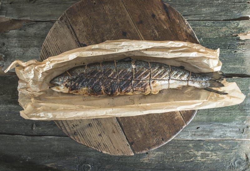 Gebratene Lachsfischfische auf Backpapier stockbild
