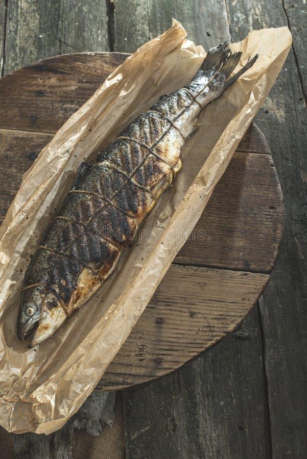 Gebratene Lachsfischfische auf Backpapier stockfoto
