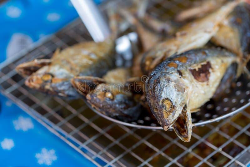 Gebratene Makrelenfische gesetzt auf den Grill, um ?l abzulassen stockbild