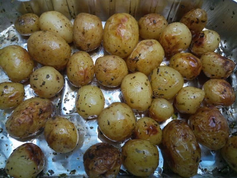 Gebratene Minikartoffeln in einem Silbertablett lizenzfreies stockbild