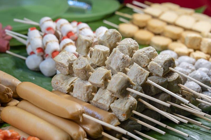 Gebratene Nahrung mit Stöcken, thailändische Artnahrung, Straßennahrung in Bangkok, Thailand stockfotos