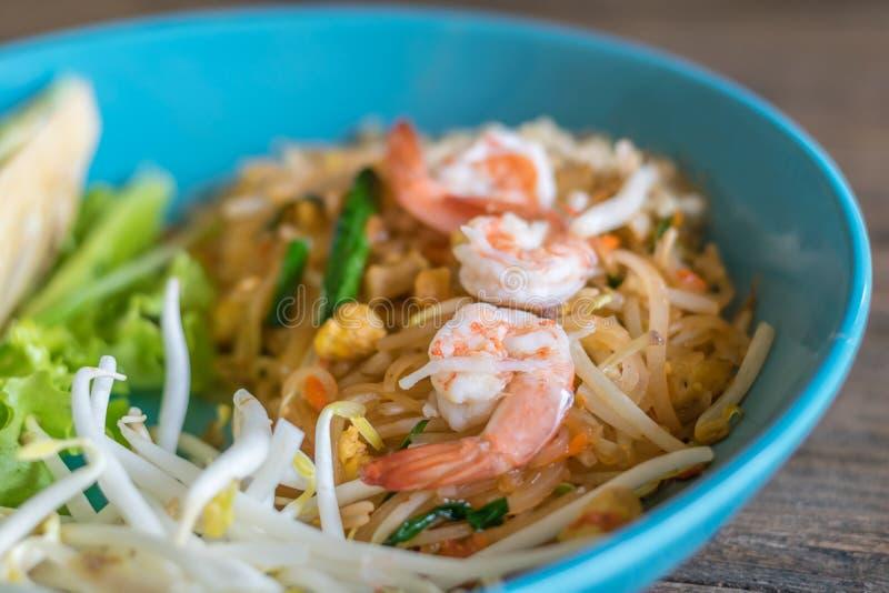 Gebratene Nudeln mit Ei und frischer Garnele (Auflage thailändisch) stockfotografie
