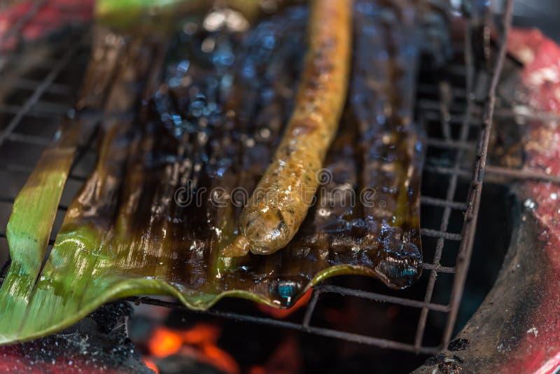Gebratene oder gegrillte thailändische würzige Wurst (Sai Aua) stockfotos