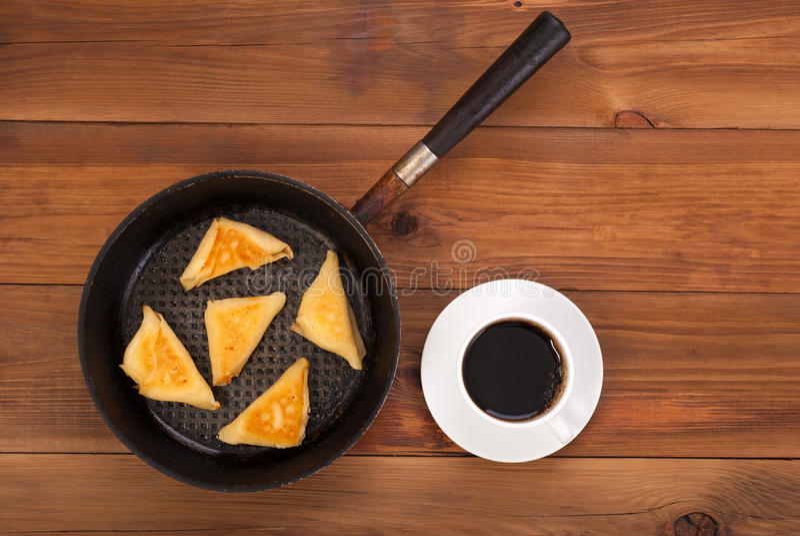 Gebratene Pfannkuchen mit dem Anfüllen auf der Platte und dem Kaffee stockbilder