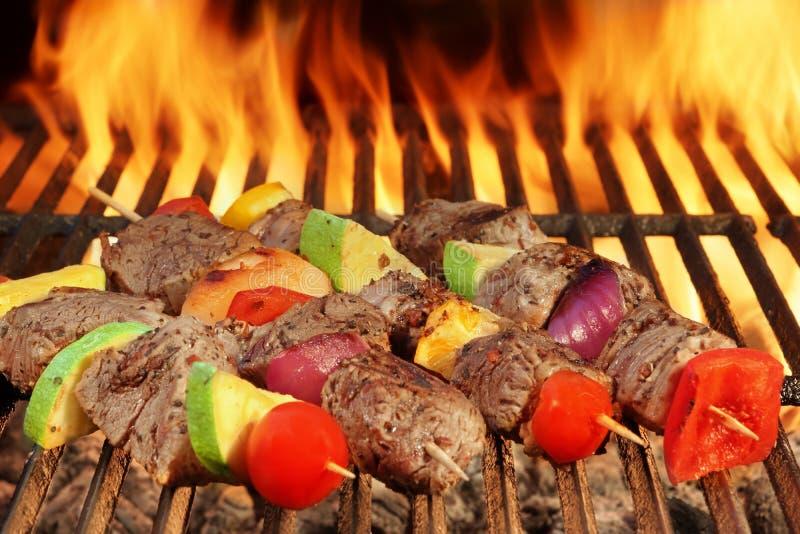 Gebratene Rindfleisch-Kebabs mit Gemüse auf loderndem Grill BBQ lizenzfreie stockbilder