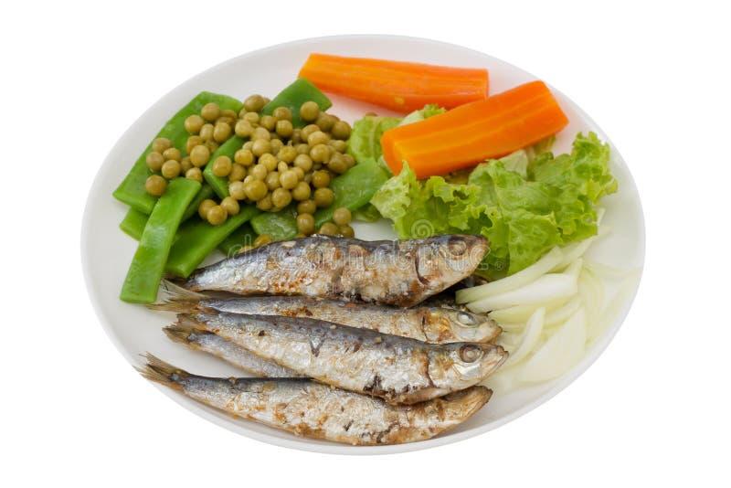 Gebratene Sardinen mit Karotte und Bohnen stockfoto