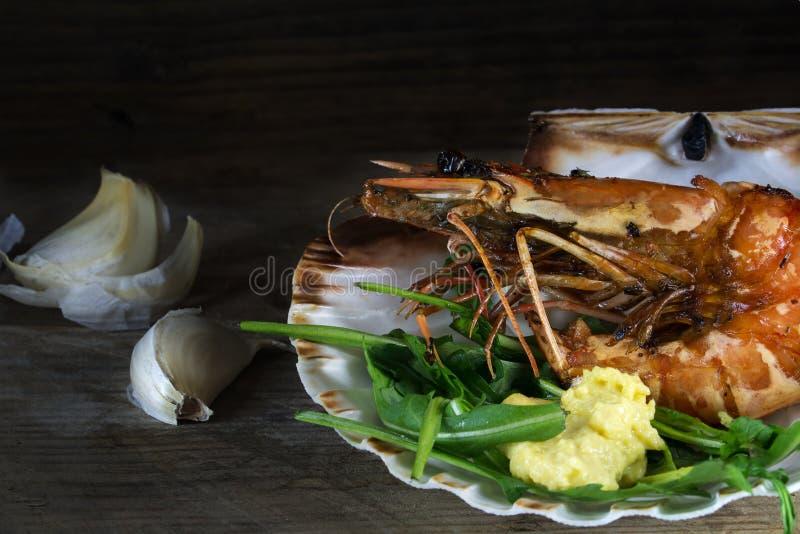 Gebratene schwarze Tigergarnele in einer Muschelschale als Mittelmeerap stockbild