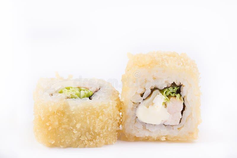 Gebratene Sushirolle mit der geräucherten Brust, geschmolzenem Käse, chinesischem Salat und Omelett Japanische Nahrung Heiße Roll lizenzfreie stockfotografie