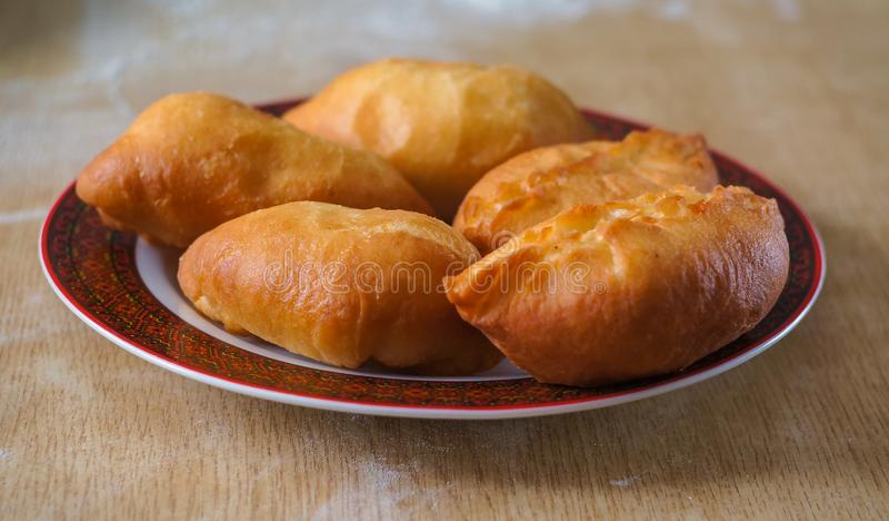 Gebratene Torten mit Kartoffeln lizenzfreies stockfoto