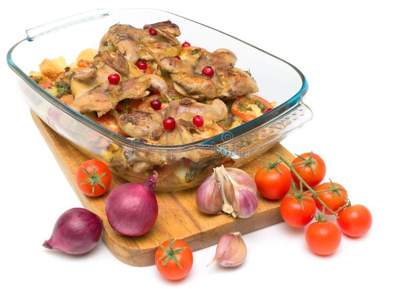 Gebratene Wachteln, Moosbeeren und Gemüse auf weißem Hintergrund lizenzfreies stockfoto