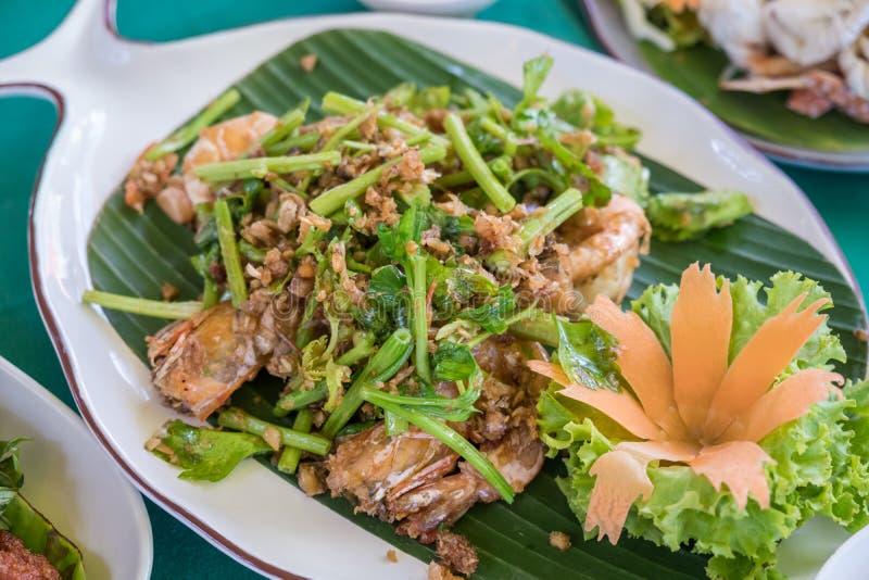 Gebratene Weich-SHELL-Krabben mit Knoblauch und Salat lizenzfreie stockfotos