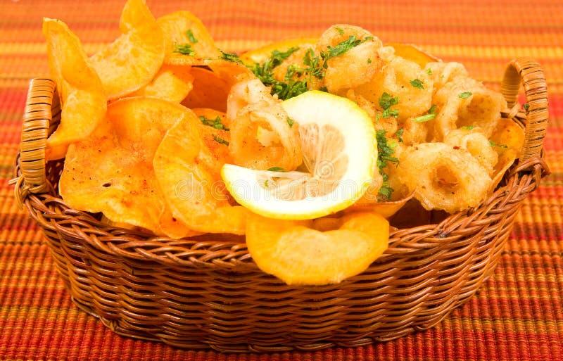 Gebratener Calamari mit süßen Kartoffelchips lizenzfreie stockbilder