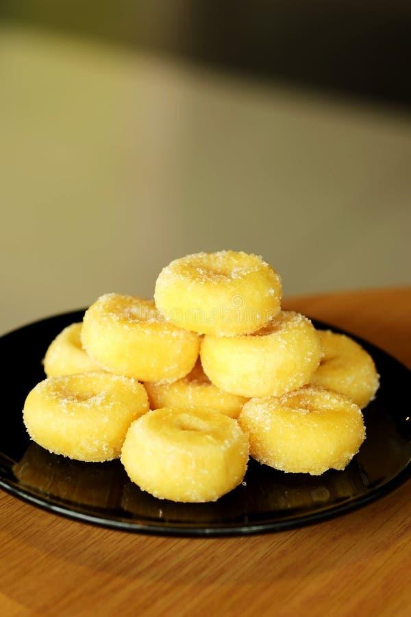Gebratener Donut mit Zucker, dem populären Bonbon verkauft im Markt oder Restaurant stockbilder