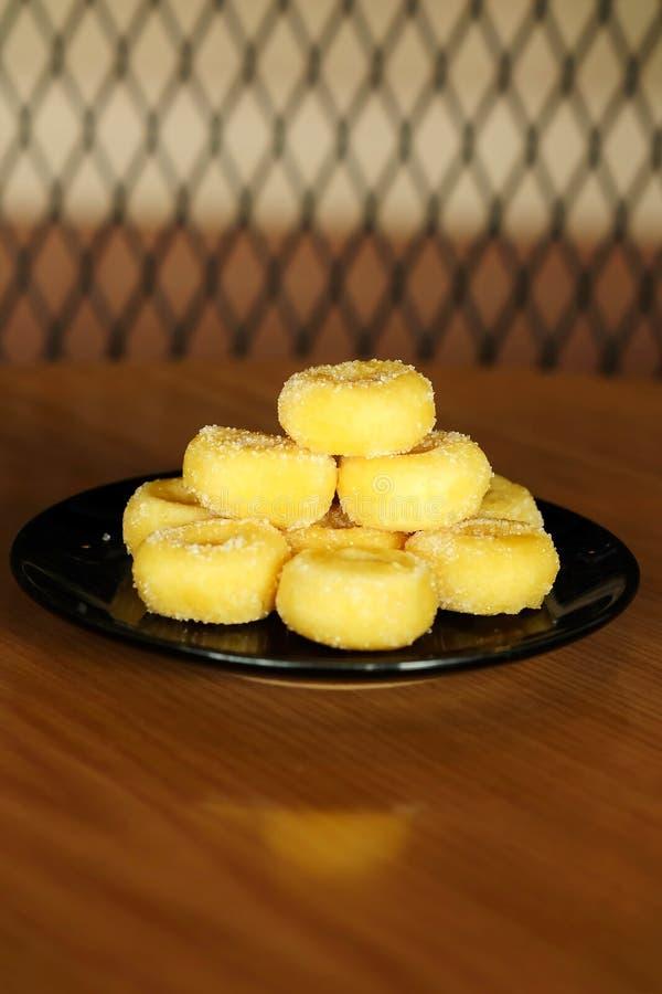 Gebratener Donut mit Zucker, dem populären Bonbon verkauft im Markt oder Restaurant stockfotografie