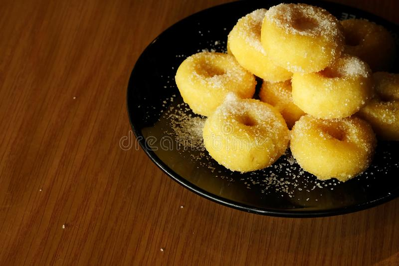 Gebratener Donut mit Zucker, dem populären Bonbon verkauft im Markt oder Restaurant stockfotos