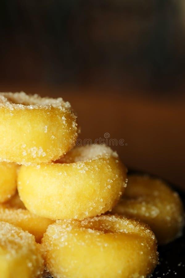 Gebratener Donut mit Zucker, dem populären Bonbon verkauft im Markt oder Restaurant lizenzfreie stockfotografie
