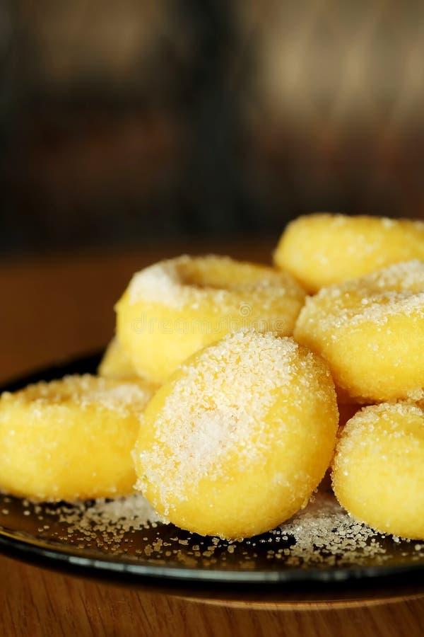 Gebratener Donut mit Zucker, dem populären Bonbon verkauft im Markt oder Restaurant stockfoto