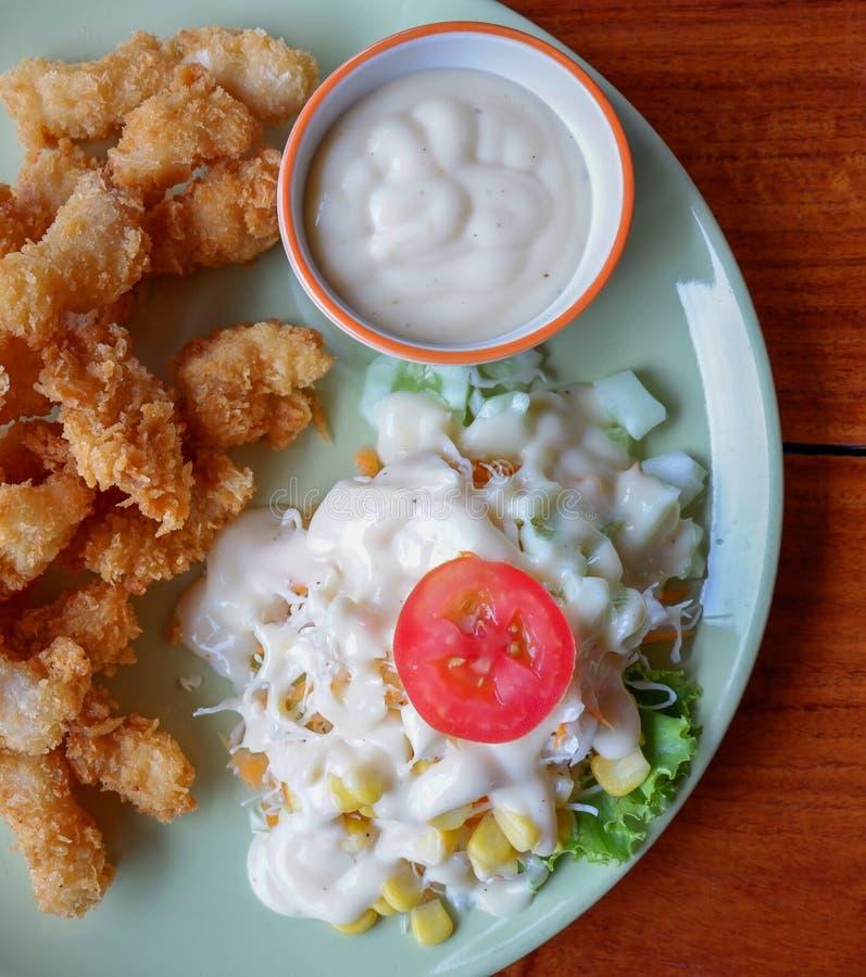 Gebratener Fisch-Salat stockfotografie