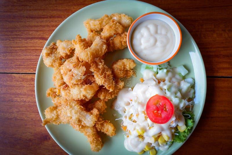 Gebratener Fisch-Salat stockfoto