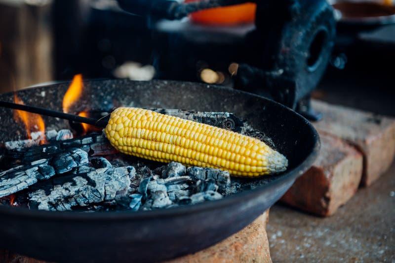Gebratener frischer Maiskolben stockfotografie