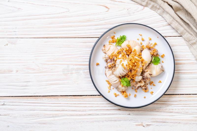 gebratener Kalmar oder Krake mit Knoblauch stockfotografie