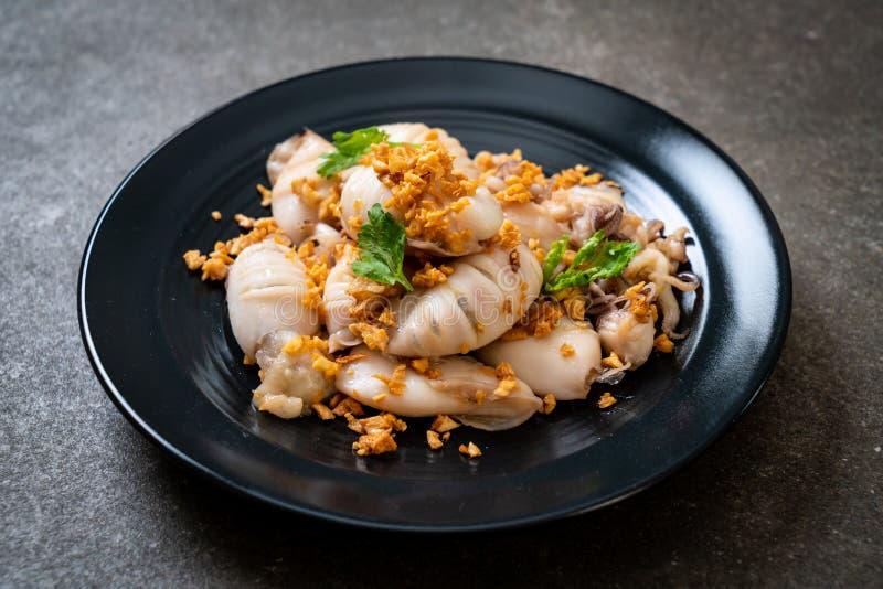 gebratener Kalmar oder Krake mit Knoblauch stockbild
