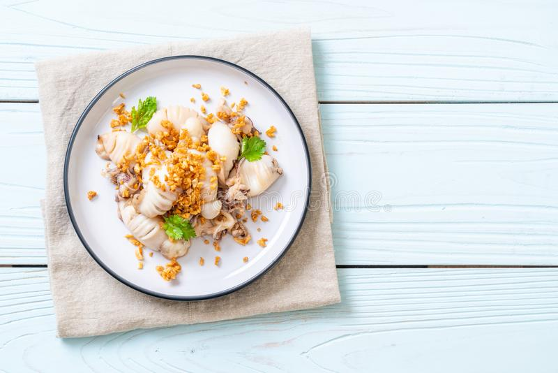 gebratener Kalmar oder Krake mit Knoblauch lizenzfreies stockfoto