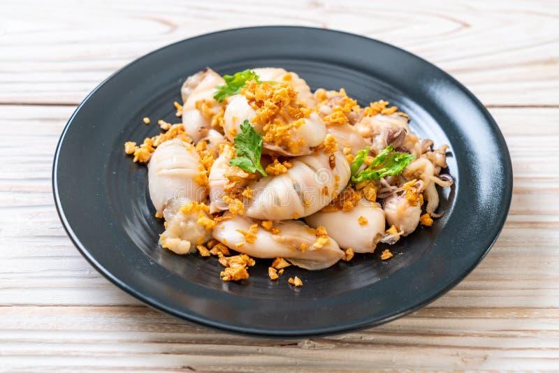 gebratener Kalmar oder Krake mit Knoblauch stockfotos