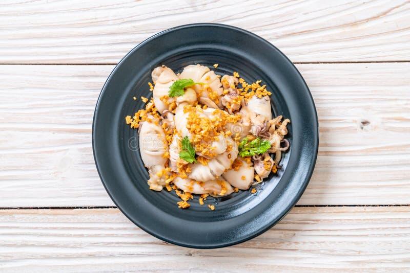 gebratener Kalmar oder Krake mit Knoblauch stockfoto