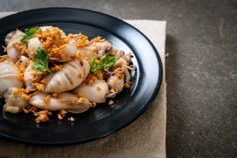 gebratener Kalmar oder Krake mit Knoblauch lizenzfreies stockbild