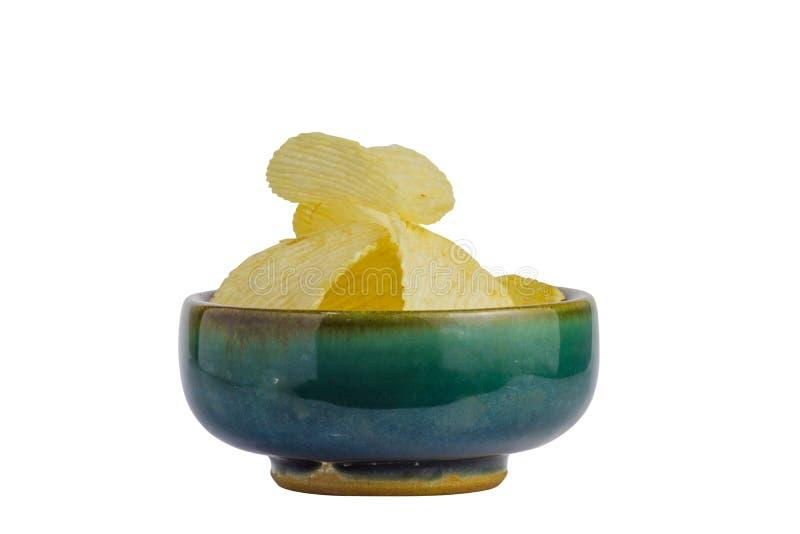 gebratener Kartoffelchipsnack in der Schüssel lokalisiert auf weißem Hintergrund, ungesunde Fertigkost Datei enthält einen Aussch lizenzfreies stockbild