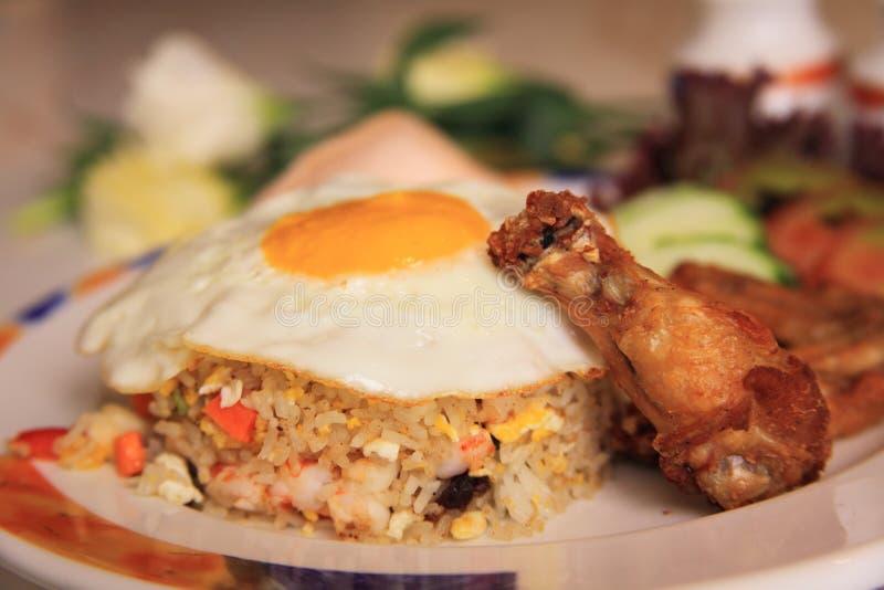 Gebratener Reis der essbaren Meerestiere mit Huhn lizenzfreies stockfoto