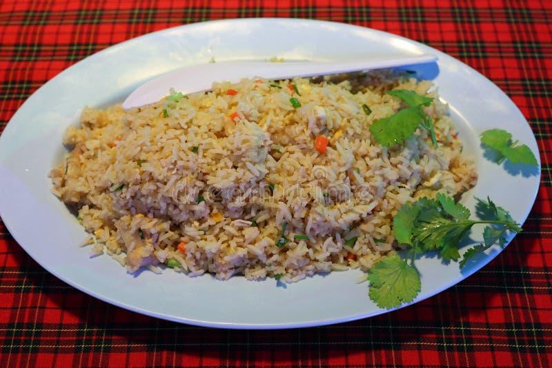 Gebratener Reis der Krabbe, thailändische Nahrung, setzte Gemüse in appetitanregende Teller ein lizenzfreies stockfoto