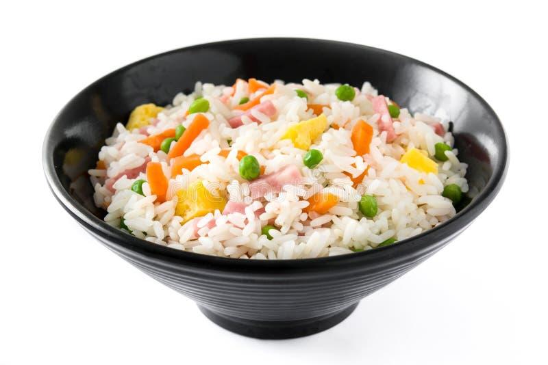 Gebratener Reis des Chinesen mit Gemüse und Omelett in der schwarzen Schüssel lokalisiert auf weißem Hintergrund stockbild
