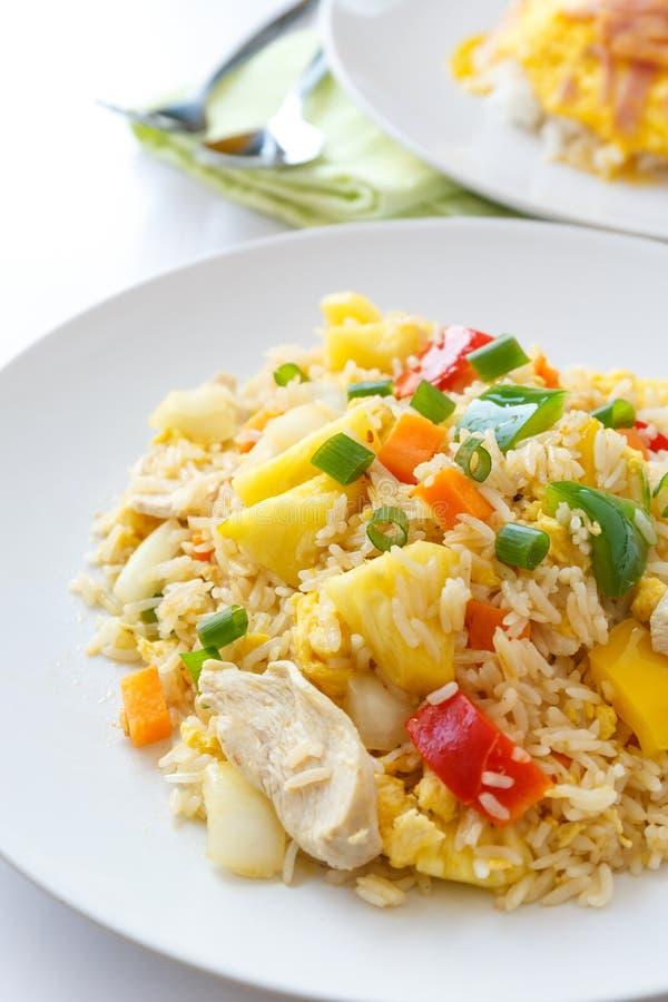 Gebratener Reis des thailändischen Lebensmittels mit Huhn stockfotografie