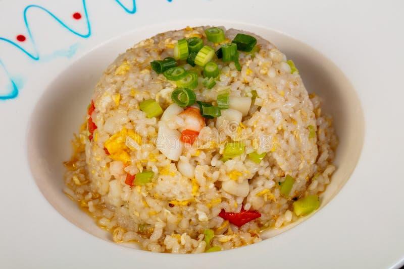 Gebratener Reis mit essbaren Meerestieren lizenzfreie stockbilder