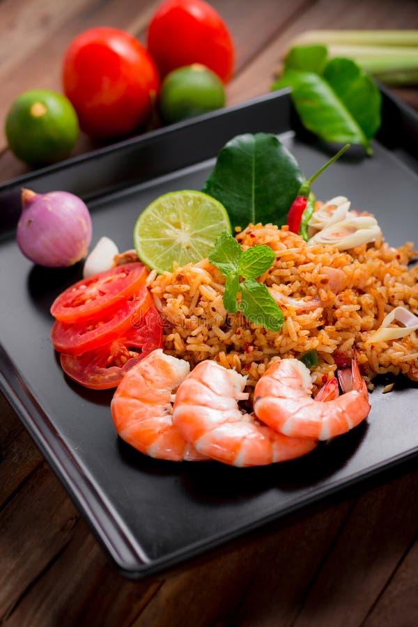 Gebratener Reis mit Garnele, Tom-yum Aroma, populäres thailändisches Lebensmittel lizenzfreie stockbilder