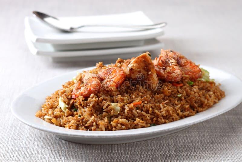 Gebratener Reis mit Garnelen stockfoto