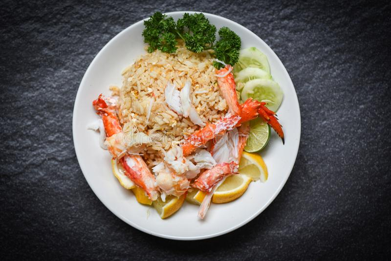 Gebratener Reis mit Krebsfleischeizitrone und -gurke auf weißen Plattenmeeresfrüchten stockbild