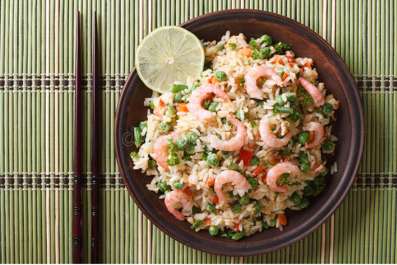 Gebratener Reis mit Meeresfrüchte- und Einahaufnahme, horizontale Draufsicht stockbild