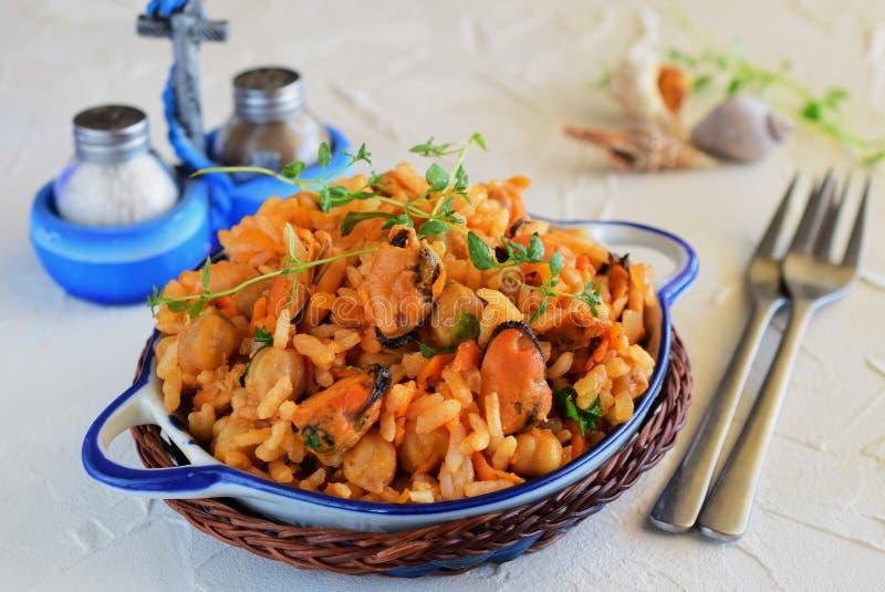 Gebratener Reis mit Miesmuschel, Karotte und Zwiebel lizenzfreie stockbilder