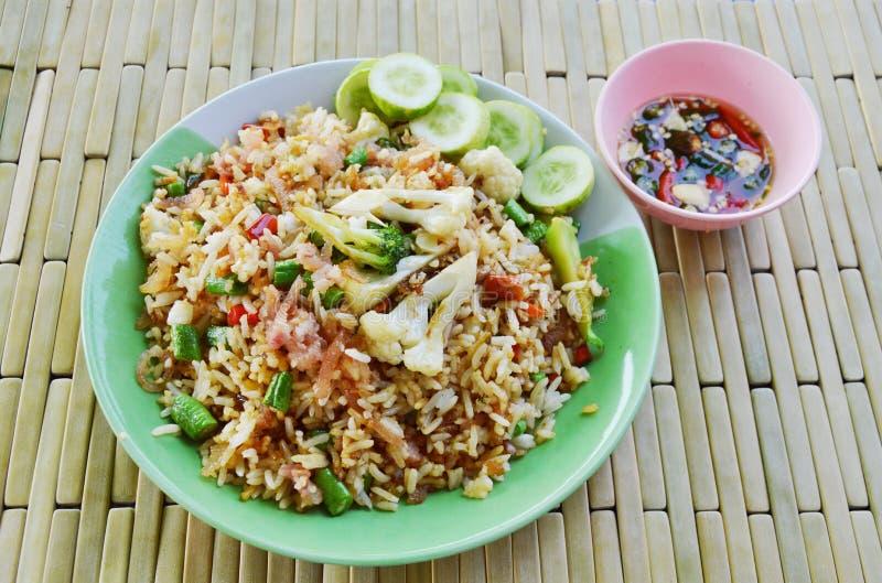 Gebratener Reis mit saurem Schweinefleisch und Gemüse auf Teller stockbild