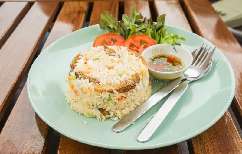 Gebratener Reis mit Schlangen-Haut Gouramiteller lizenzfreies stockbild