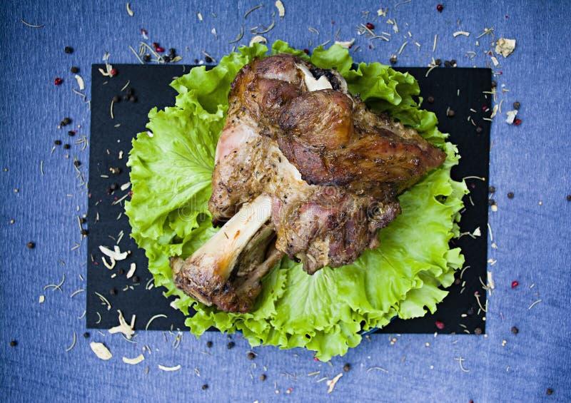 Gebratener Schweinefleischschaft mit Salat lizenzfreie stockfotografie