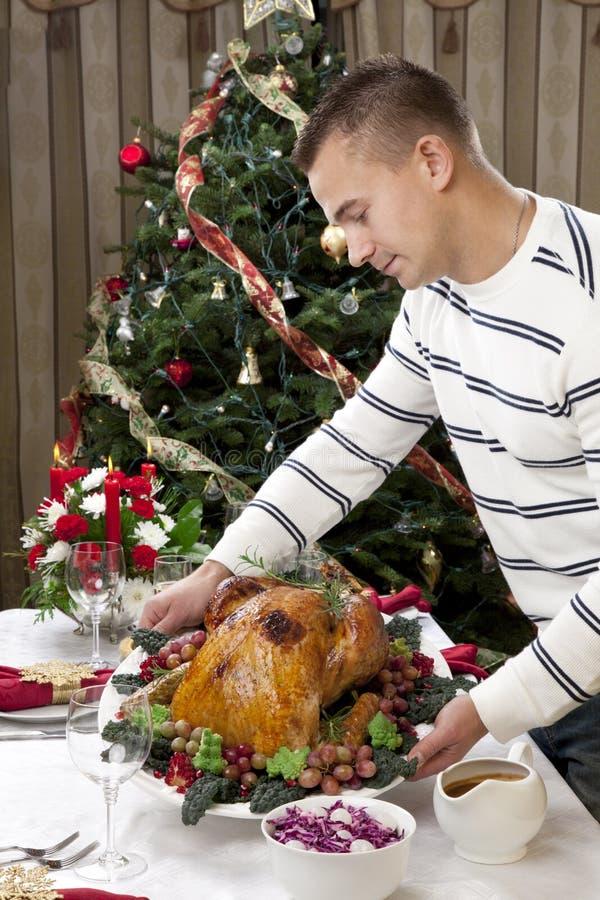 Gebratener Truthahn der Mann-Danksagung Weihnachten stockfotografie