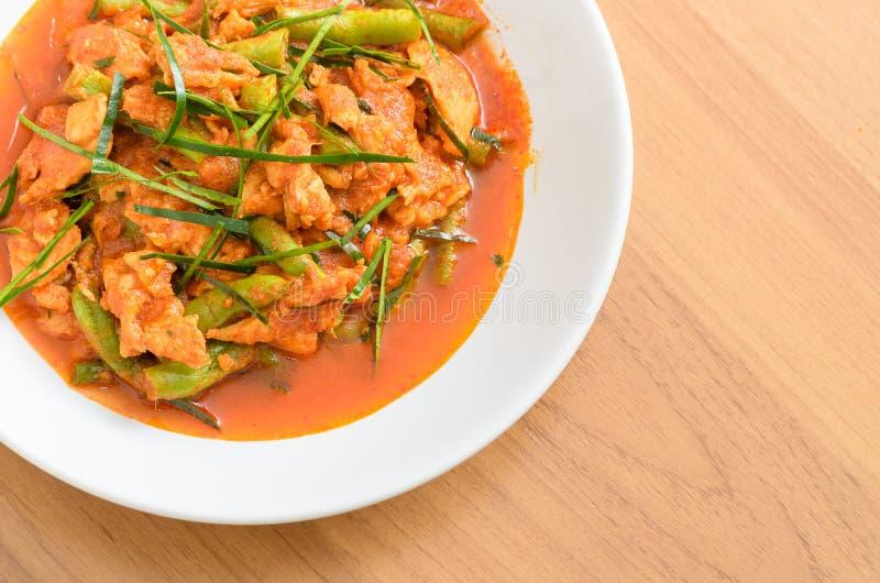 Gebratenes Aufruhrschweinefleisch mit langer Bohne des Yard und roter Curry-Paste lizenzfreie stockfotos