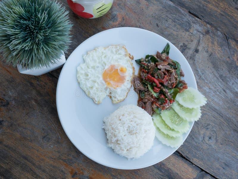 Gebratenes Basilikumrindfleisch mit Spiegelei und Reis lizenzfreie stockfotos