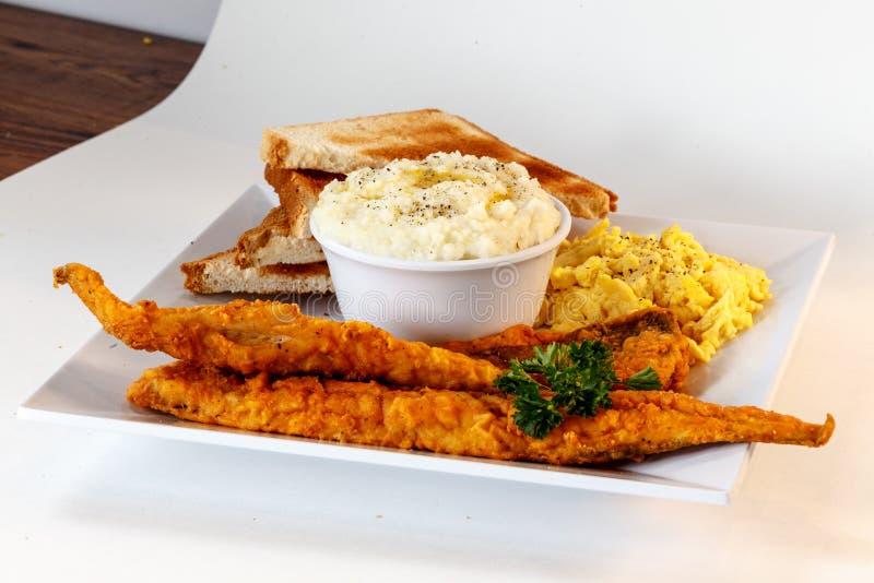 Gebratenes Fischfrühstück lizenzfreie stockfotos