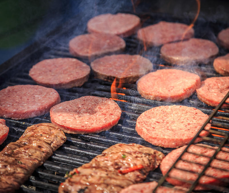 Gebratenes Fleisch gegrillt auf einem offenen Feuer lizenzfreies stockbild