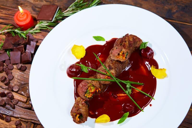 Gebratenes Fleisch mit Gemüse und Schokoladensoße stockbild